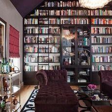 壁一面が本棚というのは、まるで映画のセットのようなゴージャス感があります。家の中に図書館を持つような気分で、本好きにはたまらない部屋の作りですね。仕事で本をたくさん読む方でもこれだけの収納スペースがあれば素敵ですね。ゆったりした大人なソファもグラマラスですてきです。