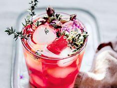 Jaipur, eau détox à la rose, cardamome, thym et hibiscus Detox Drinks, Jaipur, Hibiscus, Panna Cotta, Cocktails, Rose, Ethnic Recipes, Fresh Recipe, Flavored Water Recipes
