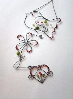 Ptáčí+láska-závěs+Drátovaná+dekorace+z+černého+vázacího+drátu,+dozdobená+skleněnými+korálky+a+skleněnými+lístečky+v+barvě+červené+a+zelené.+Ptáček,+kytička+i+srdíčko+jsou+k+sobě+zavěšené+volně+háčky.+Vhodné+k+zavěšení+na+zeď,+dveře,lustr+nebo+do+okna.......jednotlivě+nebo+jako+celek....+Ptáček:15,5+cm+a+10+cm,+kytička+15+cm+x+8,5+cm,+srdíčko+7+cm+...
