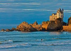 De la plage d'Ilbarritz à la pointe Saint-Martin, Biarritz propose une balade côtière remarquable, tour à tour linéaire et déchiquetée, iodée et sportive, scandée d'incursions urbaines dans des quartiers riverains méconnus et populaires.