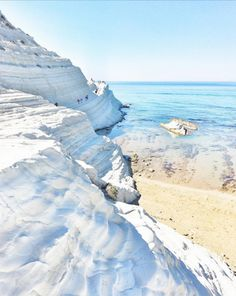 A few minutes away from Agrigento, discover a place where nature created something definitely unique: La Scala dei Turchi. In addition, enjoy the heavenly beaches and the transparent water. Photo by @giampieromont. #exploreitaly #spgitaly #catania