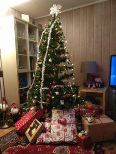 Juletre med gaver under, så lenge det varte.