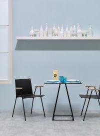 Straxs Nederland | De serie Osaka kent stoelen en krukken met een metalen frame. De stoelen en krukken met een sledeframe hebben een fraaie knik in het frame waarmee Osaka een geheel eigen uitstraling krijgt. De zitschaal is essen houtfineer in naturel of gebeitst in kleur. Alle varianten zijn ook leverbaar met een gestoffeerde zitschaal. Stoffen uit de Pedrali stofcollectie.  Osaka Metal