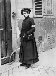 """""""Les nouveaux métiers des femmes depuis la guerre"""" : porteuse de télégrammes dans Paris, juin 1917."""