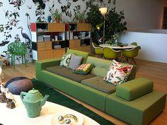 Polder sofa Vitra, by Hella Jongerious. Ispirato dall'immagine dei polder olandesi, questo divano si armonizza naturalmente con oggetti ed elementi di arredo con vari stili. Scoprilo su DCstore