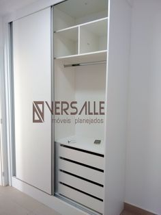 Guarda-roupa embutido em MDF branco, composto de duas portas corrediças.
