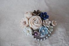 おはようございます*(^o^)吉祥寺PARCOも3日目となりました。初日はたくさ... Felt Crafts, Diy And Crafts, Kanzashi Flowers, Japanese Flowers, Felt Food, Ribbon Bows, Fabric Flowers, Headpiece, Embroidery
