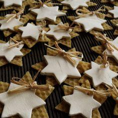 Hvězdičky+-+ozdobičky+Hvězdičky+slouží+jako+ozdobičky+na+vánoční+stromeček.+Jsou+vyrobeny+z+keramické+hlíny+a+včelího+vosku+(voskových+mezistěn).+Sada+obsahuje+12+ks+menších+hvězdiček+(průměr+5cm)+a+12+ks+větších+(7+cm).+Hvězdičky+jsou+svázány+lýkem+a+medově+voní.