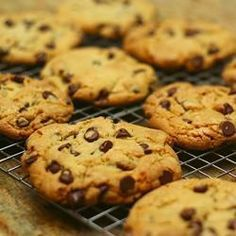 Grote chocolate chip koekjes ( gebruik lichtbruine basterdsuiker en zelfrijzend bakmeel, dan worden ze mooi licht van kleur)