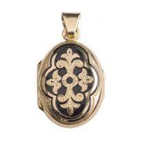 Antiek Victoriaans medaillon in 18 karaat geel goud. Deze antieke medaillon in ovale vorm is voorzien van zwarte emaille en werd vervaardigd in een periode rond 1880. Het antieke juweel is ontworpen in een uitgesproken Victoriaanse stijl en heeft een totaal gewicht van 5 gram. De afmeting is 2,2 x 1,7 cm.