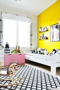lastenhuone,värikäs,moderni,lastenhuoneen matto,lastensänky,juliste,keltainen seinä,iloinen,väripilkku,lelut sisustuksessa,värikäs koti