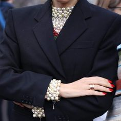 Las perlas se han considerado durante mucho tiempo como una piedra para las mujeres maduras. Por lo tanto, hay mujeres que les da miedo usar las joyas con perlas. Y decimos: ¡en vano! Solo mira las ideas modernas. ¡Estas joyas no añaden años adicionales y se ven muy elegantes Fashion Accessories, Diamond, Bracelets, Jewelry, Pearls, Trends, Jewels, Chic, Accessories