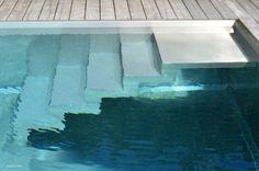 Inox zwembad Waregem trap | Aquatechno Zwembaden - stainless steel swimmingpool stairs detail - hardwood terrace
