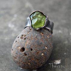 Olivín+bez+příkras+Cínem+pájený+prsten+se+surovým+olivínem.+Obroučka+prstenu+je+nastavitelná,+orientačně+velikost+54+-+59.+Šířka+obroučky+7+mm.+Patinováno,+leštěno,+ošetřeno+antioxidantem. Rock Jewelry, Jewlery, Druzy Ring, Peridot, Stone, Rings, Silver, Color, Jewerly