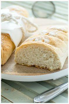 Schnelles Baguette - ein Rezept mit Hefe, Mehl, Wasser, Öl, Zucker und Salz. So wird einfrisches und knuspriges Baguette gebacken.