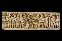 """Sarcofago """"ad alberi"""" del tipo dell'Anàstasis, 340-350. Proviene dalla prima basilica di San Paolo a Roma.  Al centro è la raffigurazione della croce sormontata dal monogramma di Cristo, simbolo della risurrezione (Anàstasis). Musei Vaticani"""