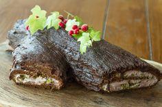 Σοκολατένιος Κορμός με γέμιση μαρμελάδα φράουλα και σοκολατένιο παντεσπάνι από τον Άκη. Το γλυκό που θα ξεχωρίσει στο χριστουγεννιάτικο τραπέζι σας.