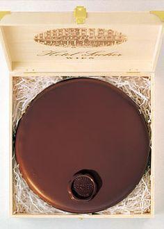 Original Sachertorte mit Schokoladen Siegel in offener Holzkiste - Rezept