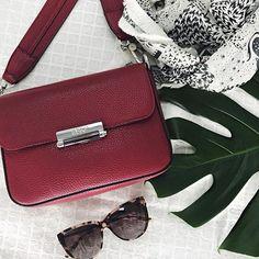 Auch @abro_official setzt diese Saison auf die Trendfarbe ROT♥️Einer unserer Lieblinge der Kollektion ist dieser Liebling . #meinelieblingstasche _____________________________ #fashioninspo #onlineshopping #shopnow #klassestattmasse #fashionlover #bags #trend #red #abro#flatlay