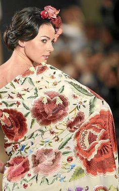 Detalle de un mantón de manila con motivos florales ideado por Rosario Solís. Folk Embroidery, Embroidery Fashion, Saris, Arabesque, Color Topo, Spain Culture, Wedding Cape, Flamenco Dancers, Hacienda Style