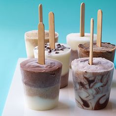 Mini Frozen Yogurt Pops: These quick and easy frozen treats can easily be made in small paper cups, no special equipment required. - Get the recipe. Köstliche Desserts, Frozen Desserts, Frozen Treats, Delicious Desserts, Homemade Popsicles, Homemade Yogurt, Homemade Ice, Yogurt Recipes, Snack Recipes