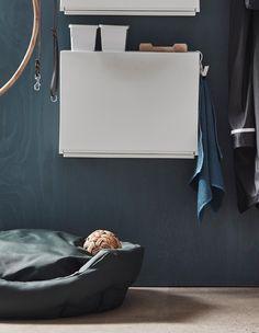 Eine IKEA TRONES Aufbewahrung in Weiß in einem Flur als Station für die Hundesachen über dem Hundebett.