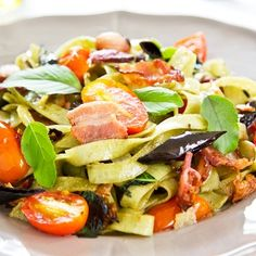 Light ζυμαρικά με σπανάκι και κόκκινη σάλτσα