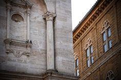 """Pienza - Toscana - Italia La """"città ideale"""" di Pio II, oggi dichiarata dall'UNESCO patrimonio mondiale dell'umanità, ha preso il posto del castello di Corsignano, che ha sorvegliato per secoli i confini tra i possedimenti di Siena, Firenze e Orvieto. Nel 1458 Enea Silvio Piccolomini decise di trasformare il borgo natìo nella città-simbolo del Rinascimento …"""