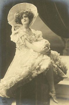 ↢ Bygone Beauties ↣ vintage photograph of a Victorian beauty sporting the Gibson Girl look.