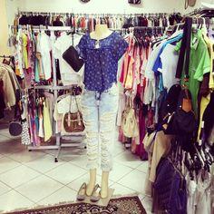 Um look despojado para a quarta feira. Calça destroyed uma blusinha com pegada hippie e uma sapatilha cheia de spikes garante o conforto e estilo.