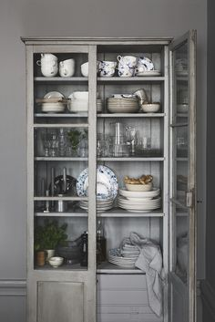 Farmhouse Kitchen Decor Ideas: Great Home Improvement Tips You Should Know! You need to have some knowledge of what to look for and expect from a home improvement job. Kitchen Organization, Kitchen Storage, Organization Ideas, Ikea Variera, Liatorp, Style Deco, Farmhouse Style Kitchen, Kitchen Interior, Home Kitchens