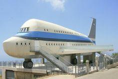 La Casa Avión, una copia detallada de un Airbus A380, de dos plantas, 30 ventanillas a cada lado y sus alas balcón, es el edificio más extravagante del pueblo de Miziara, Gobernación de Líbano Norte