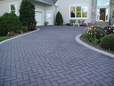 Transform Your Driveway With These Standout Paving Ideas - Landschaftsbau Front Garden Ideas Driveway, Block Paving Driveway, Modern Driveway, Asphalt Driveway, Driveway Paving, Stone Driveway, Driveway Design, Garden Paving, Driveway Landscaping