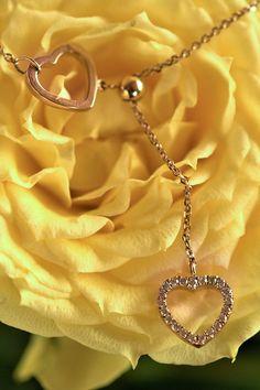 Ak chcete vašej milovanej žene poďakovať za najkrajší dar života vlastnými slovami, alebo aj bez slov, so šperkom, ktorého tvary už ani nemôžu byť príznačnejšie, darujte jej srdiečkový diamantový náhrdelník Sublime. Navždy sa tak prepoja vaše srdcia, ktoré náhrdelník symbolizuje – do jednoty, ktorou je vaše spoločné bábätko. Aj pre takéto krásne príležitosti vyrábame šperky, ktoré majú zmysel. Glamour, Bracelets, Gifts, Jewelry, Women, India, Presents, Jewlery, Jewerly