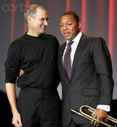 Jazz trumpeter Wynton Marsalis (R) stands with Apple's Chief Executive Officer Steve Jobs in San Jose. Jobs presented his new iPod Video. Octubre 2005 © Kimberly White/Corbis