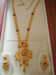Raani haar with earrings Jewelry Design Earrings, Gold Jewellery Design, Necklace Designs, Jewelry Sets, Jewelry Necklaces, Jewelry Making, Gold Mangalsutra Designs, Gold Jewelry Simple, Jewelry Patterns