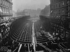 traversée de la Seine au Châtelet. Montage du caisson de la station, Place Saint-Michel. Photographie de Charles Maindron, juillet 1906, Paris. © BHdV / Roger-Viollet