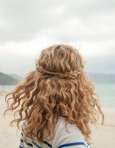Coiffure de plage cheveux mi-longs  avec couronne de tresse