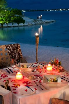 St Regis Bora Bora resort : the epitome of elegance Romantic Beach, Romantic Evening, Romantic Dates, Romantic Dinners, Romantic Travel, Romantic Dinner Tables, Beach Romance, Dream Vacations, Vacation Spots