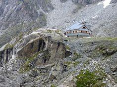 Cabane de Prafleuri (2 662 m) - La cabane de Prafleuri offre une étape entre Verbier et Arolla pendant la haute-route Chamonix Zermatt. Cette cabane servait à l'origine pour la construction du barrage de la Grande Dixence : on peut observer encore les traces de la vaste carrière d'où provenaient les matériaux.