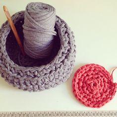 Vaya pareja! #crochet #trapillo #puntoalto #puntobajo #cadeneta #knit #cestodetrapillo #cursodecrochet