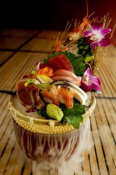 Sashimi Combination: assorted sashimi with maguro, hamachi, sake, katsuo tataki… Arte Do Sushi, Sushi Co, Sashimi Sushi, Chefs, Food Design, Food Presentation, Food Plating, Japanese Food, My Favorite Food