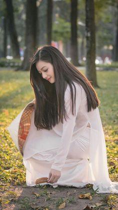 5 Dress Styles That Will Make You Look Thinner – Shopping Fashion Vietnamese Traditional Dress, Vietnamese Dress, Traditional Dresses, Ao Dai, Vietnam Girl, Oriental Fashion, Beautiful Asian Girls, Asian Woman, Asian Beauty