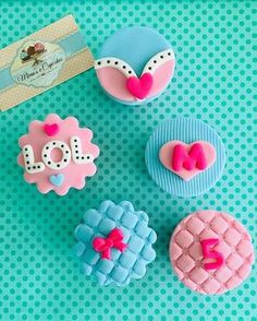 Cupcakes lol surprese#cupcakeslolsurprise#cupcakesmagiarte#lolsurprisecupcakes #cupcakeslol Funny Birthday Cakes, 6th Birthday Parties, 7th Birthday, Fondant Cake Tutorial, Fondant Cupcake Toppers, Lol Doll Cake, Cupcakes Decorados, Little Pony Cake, Doll Party
