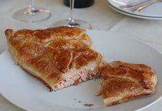 Элементарный рецепт пирога с лососем  Ингредиенты: -слоеное тесто -400 г свежего лосося -сок половины лимона -соль -1 яйцо  Приготовление: Нагрейте духовку до 180°C. Нарежьте лосось и смешайте с соком лимона и солью. Тесто раскатайте и выложите на середину лосось. Закройте пирог. Смажьте взбитым яйцом. Выпекайте 1,5 часа или до золотистой корочки. Подавайте с зеленым салатом. / Моё счастье