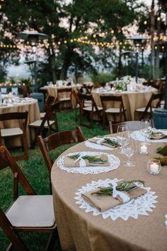 Décoration mariage reception rustique, accessoire table en toile de jute, nappe en toile de jute et dentelle