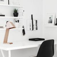 lámpara de madera y líneas geométricas, perfecta para dar un toque original y natural a mesas de escritorio o despacho