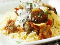 Couscous mit Auberginen-Zucchini-Gemüse und Joghurtsoße
