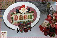 Quadro Natalino Oval  Quadro de MDF decorado com guardanapo, relevo e apliques de biscuit e fita aramada. Tamanho: 17,5 cm de altura e 23,5 cm de largura.  Disponibilidade: Pronta entrega