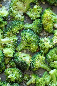 El ajo parmesano asado Brócoli - Este se reúne tan rápidamente con sólo 5 minutos de preparación.  Además, es el plato perfecto y fácil para cualquier comida!